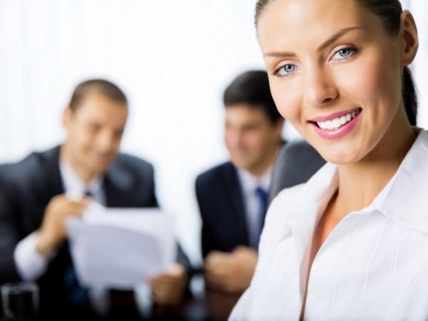 kobieta na pierwszym planie a za nią dwóch mężczyzn przegląda dokumenty